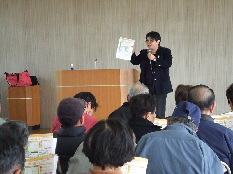 Photo. Professor Yoshimura explains the survey results to participants attending a health education class she initiated in Wakayama Prefecture. (c) 2015 The University of Tokyo.