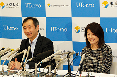 Professor Kajita and his wife cheerfully answer questions at the press conference