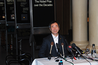 Professor Kajita taking questions from the media