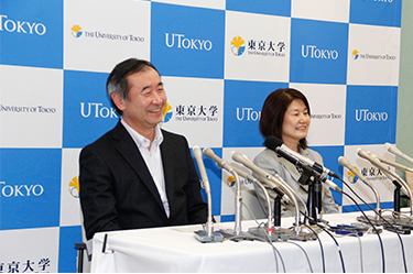 The friendly responses from the smiling Professor and Mrs. Kajita give the press conference a warm atmosphere