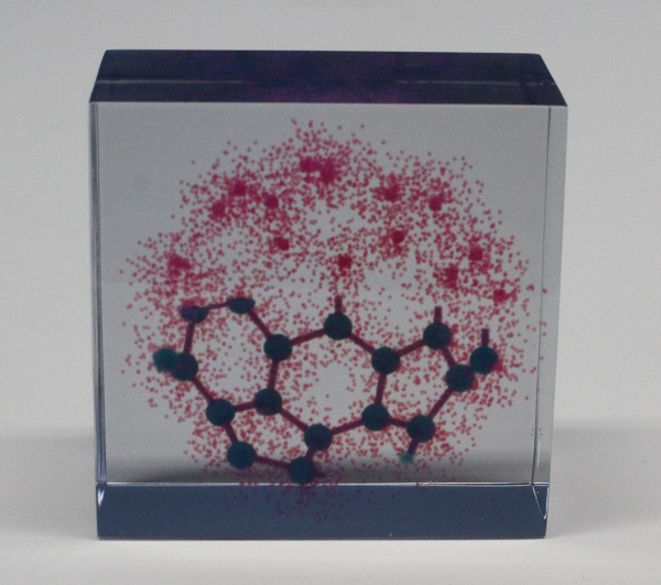 © 2017 Jun Yamazaki.The red dots in this 5cm-square resin model represent electron density distribution (electron cloud). The lower half depicts an electron cloud superimposed on a ball-and-stick type molecular model representing atoms and interatomic bonds. The model makes it easy to grasp that the electron cloud is distributed equally around the nucleus of each carbon atom.