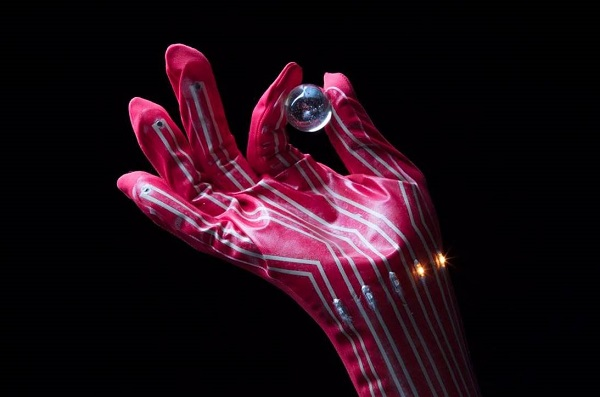 © 2017 Someya Group, The University of Tokyo.Each fingertip pressure sensor mounted on this glove is connected to an LED. The intensity of the LEDs varies according to the pressure applied by the fingertips. The glove makes it possible to ascertain degrees of pressure that are difficult to obtain just by examining images.
